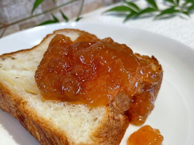 イチジクジャムをパンにのせた写真